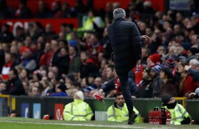 Mourinho bị cấm chỉ đạo 1 trận vì hành vi đá chai nước