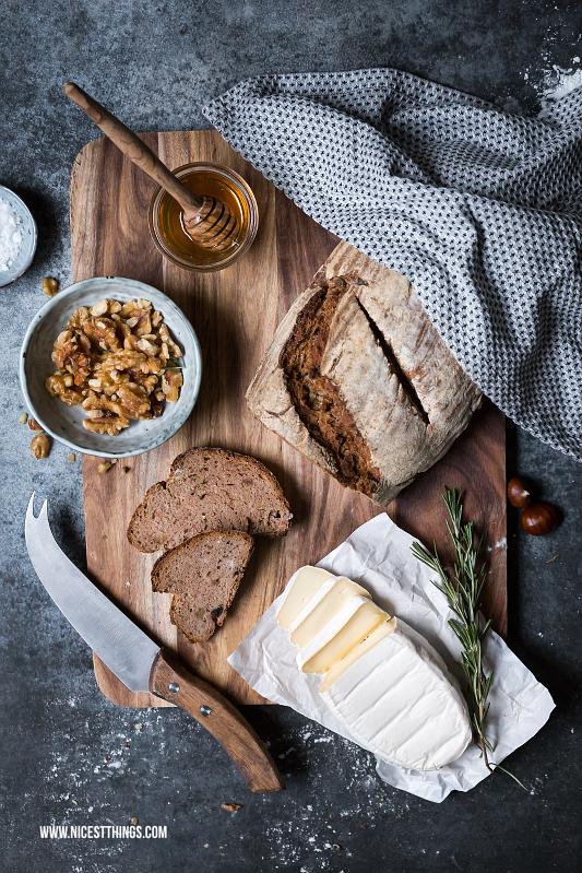 Selbstgebackenes Brot mit Käse, Honig, karamellisierten Walnüssen und Rosmarin