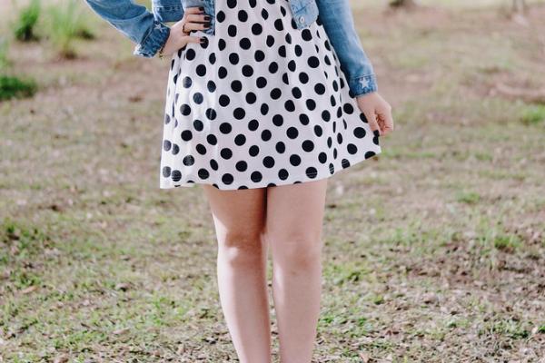 vestido branco com bolinhas
