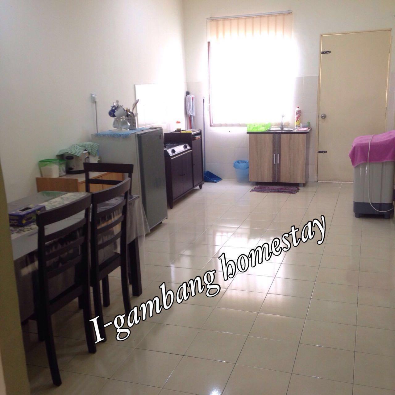 Ruang Dapur Dengan Kelengkapan Memasak Meja Makan Dan Kemudahan Peti Sejuk