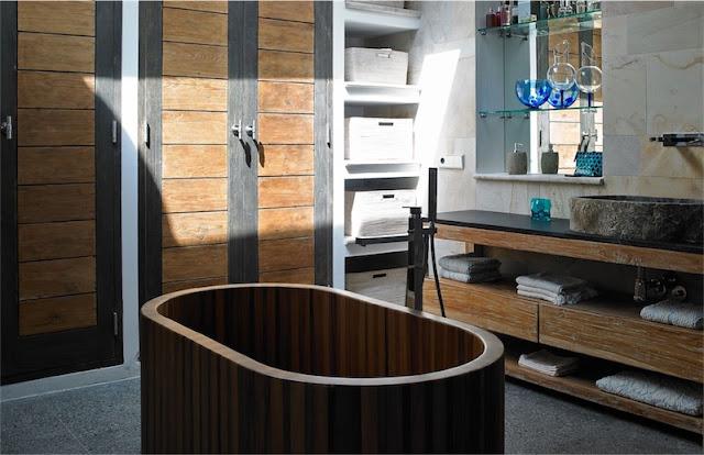 bañera exenta de madera y lavamanos de piedra chicanddeco