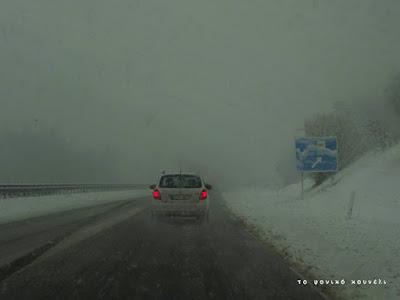 Δρόμος με χιόνι και ομίχλη, με κατεύθυνση προς το Μόναχο / Street during a snowstorm on the road to Munich