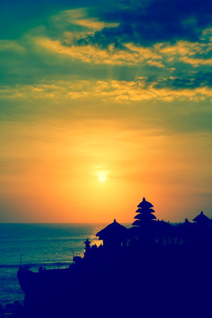 10 Places You Shouldn't Miss in Indonesia | Sunset at the Tanah Lot Temple in Bali Indonesia