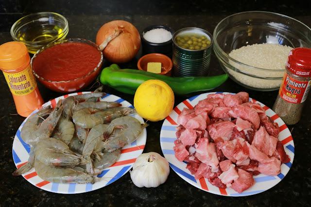 Ingredientes para arroz con carne y langostinos