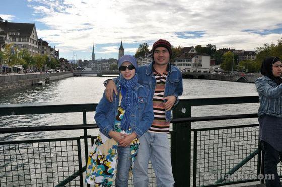 Bercanda di jambatan Sungai Limmet Zurich Switzerland