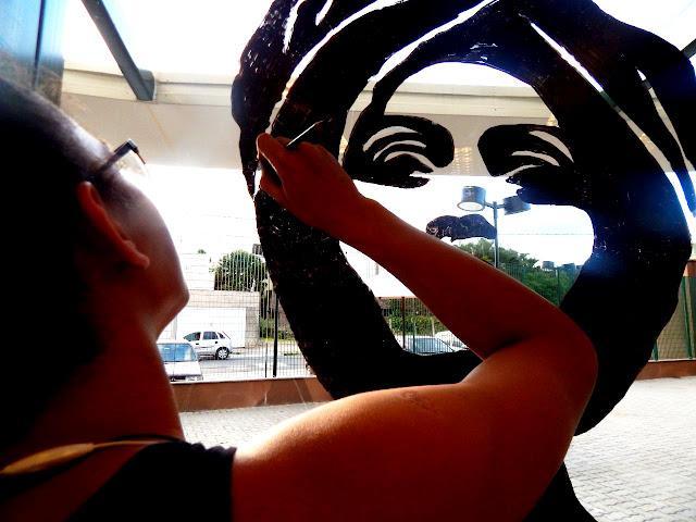 Arte educadores e adolescentes do Programa IlhaJ ovem da Ilha Comprida retrataram líderes negros na Biblioteca do SENAC em Registro