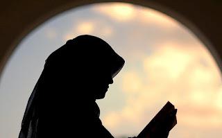 Betapa Tidak Pantasnya Wanita yang Pamer Auratnya, Sementara Surga Berada di Kakinya