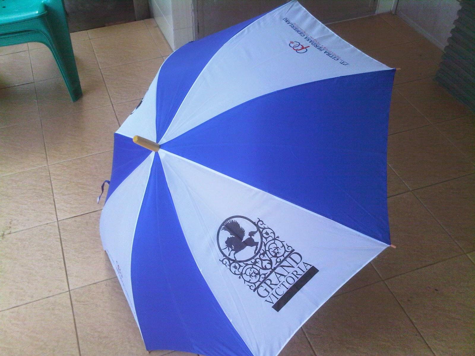 Kami memproduksi payung lipat, payung standar, payung golf buat promosi usaha anda bisa di sablon juga