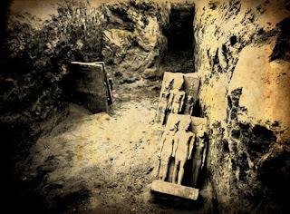 لحظة إكتشاف التماثيل الثلاثية المصنوعة من الشست للملك منكاورع