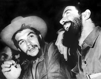 Foto de Fidel Castro riéndose junto al Che Guevara