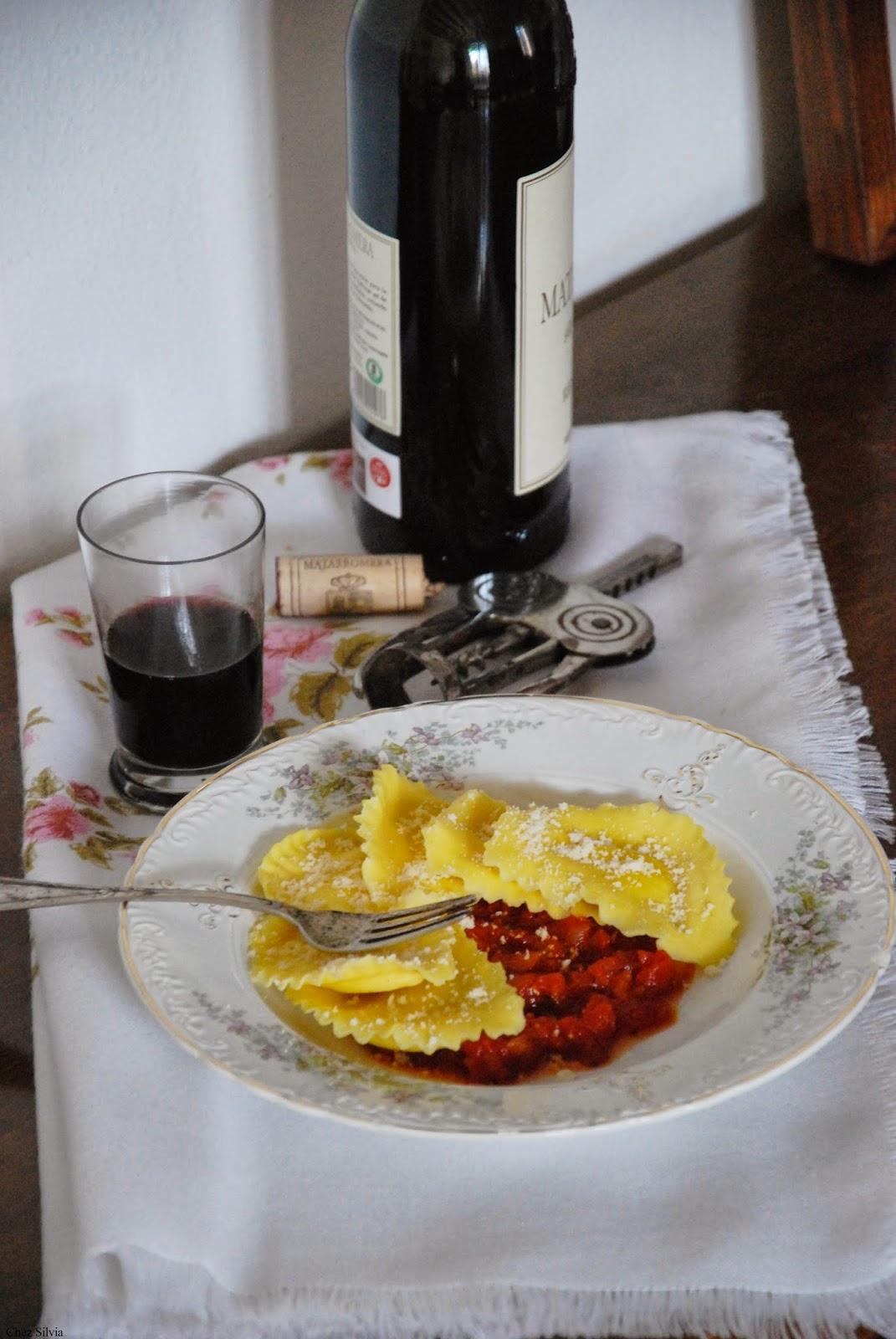 conchas de burrata con salsa de tomate. Vaso y botella de vino