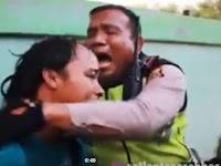 Kocak, Modus Nangis Demi Hindari Razia, Polisi ini Ikutan Mewek