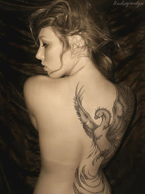 tatuaje de Ave Fenix En Mujer