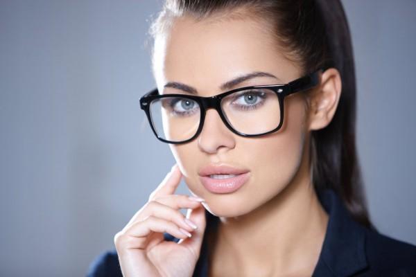 O fato de usar óculos de grau e maquiagens deixam as mulheres receosas,  principalmente sobre tons, cores e formatos de armações. Para que seus  olhos fiquem ... d0d04a4b9e