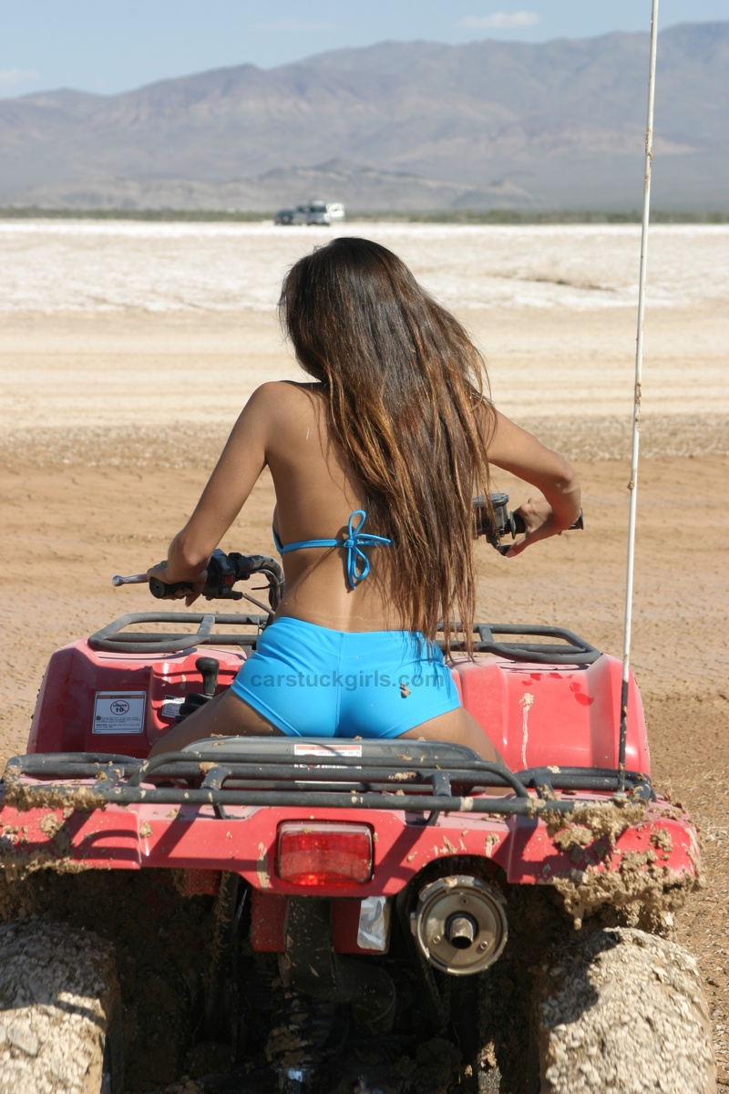 Top 10 Fastest Cars >> Hot Blog Post: Sexy Girl Stuck In Mud
