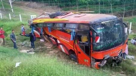 Bus barumun yang terjun dari jalan tol