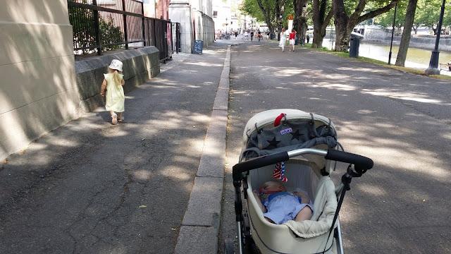 Turku, Aurajokiranta, Turun kirjasto, lapset, kesäpäivä