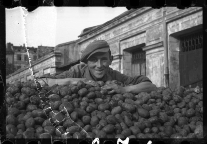 These 32 Pictures Had Been Buried For Years. The Reason Is Heart-Breaking - 1940-1944: Delivery Of Potatoes To The Ghetto