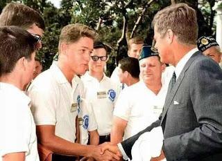 Bill Clinton conoce a J.F.K.( John Fitzgerald Kennedy) foto tomada en el año 1963. Fotos insólitas que se han tomado. Fotos curiosas.