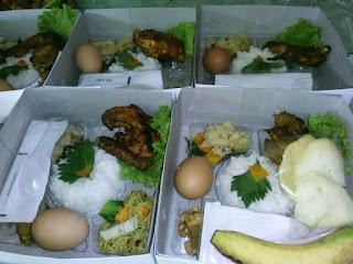 Nasi box dengan buah