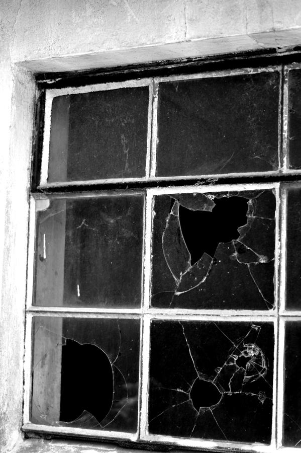 Blog + Fotografie by it's me! | fim.works | SchwarzWeissBlick No 16 | verlassenes Gehöft | Lost Place | altes Fenster mit kaputten Scheiben