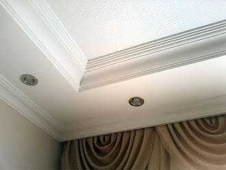 Oda çevresinde spot ışıkların olduğu sade bir kartonpiyer çalışması