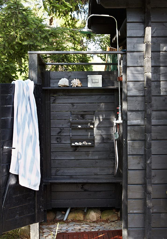 Outdoor shower | Image via Sköna Hem