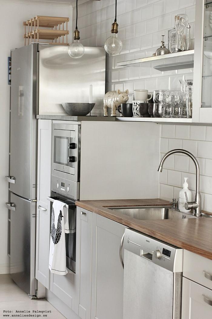 annelies design, webbutikl, kök, köket, köks, industriellt, industrstil, gris, styckningsdetaljer, meraki, rostfria hyllor, hylla, lampa, lampor