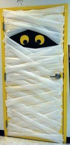 Puerta momia para decorar tu hogar en Halloween