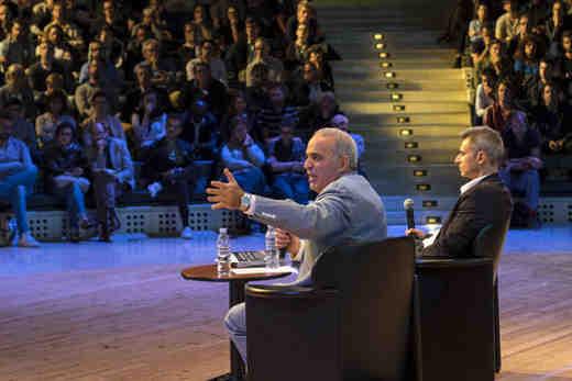 Garry Kasparov en compagnie de Pierre Barthélémy - Photo © Le Monde Festival