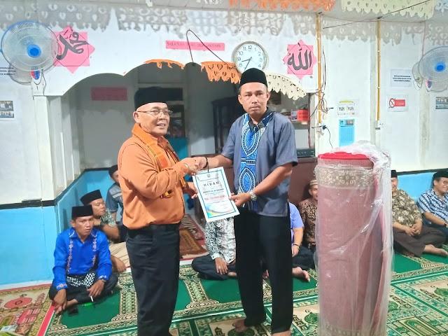 Wakil Bupati Pasbar, H. Yulianto menyerahkan bantuan Pemda Pasbar untuk pembangunan masjid Rp 10 juta dan satu rol karpet sajadah di Masjid  Al Muhaimin Jorong Tombang Sabtu lalu. Andika