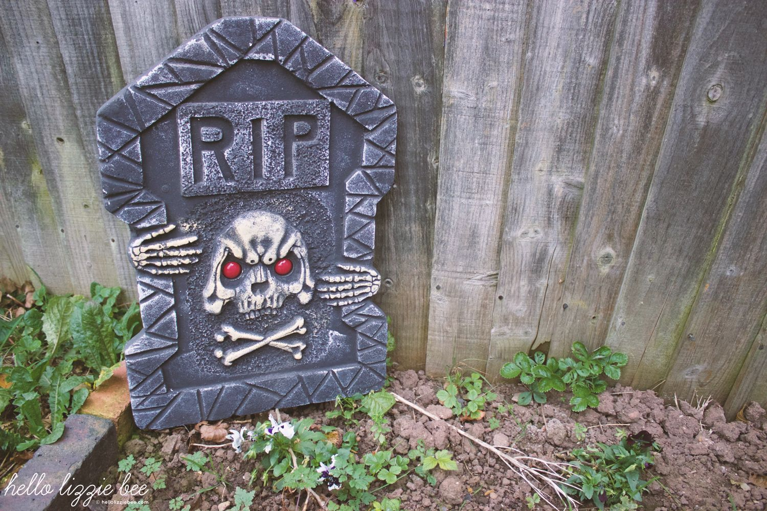 spooky outdoor decorations, halloween, party, gravestone