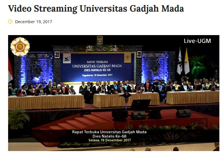 Presiden Jokowi bagi-bagi sepeda dalam upacara Dies UGM ke