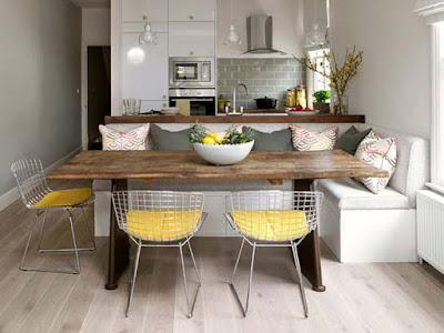mesa de madeira rústica com cadeiras modernas