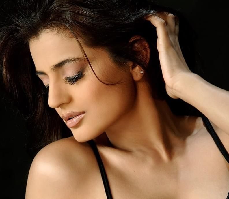 Hot Pictures: Amisha Patel Big Cleavage On ZOON TV