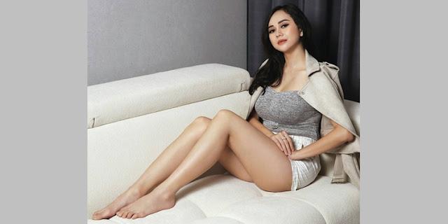 Penampilan Aura Kasih Seksi Bergizi di Majalah Dewasa, Netizen: Waw.. Segede Semangka