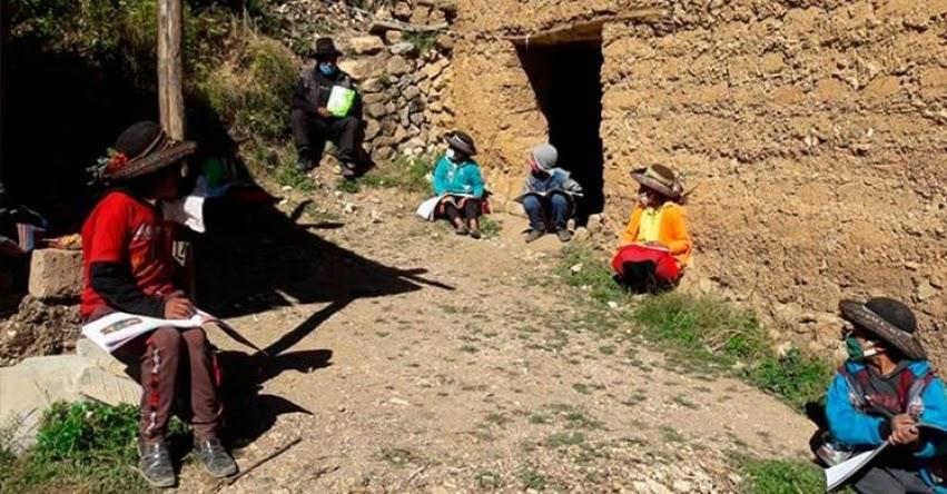 Profesor camina dos días para dar clases a estudiantes de bajos recursos en Ayacucho