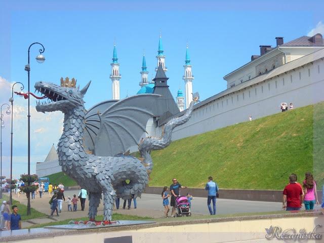 зилант возле кремлёвских стен