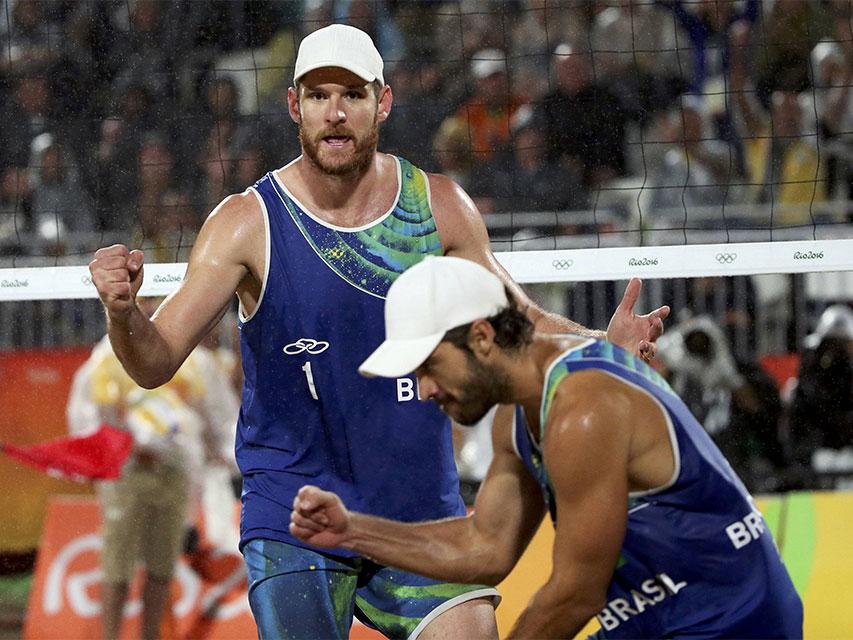 Alison e Bruno vencem italianos por 2 sets a 0. Foto: Reuters/Adrees Latif/Direitos Reservados