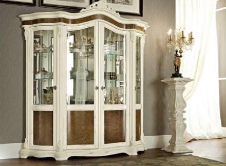 Contoh lemari pajangan minimalis berbahan kaca