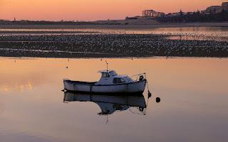 barco no rio calmo