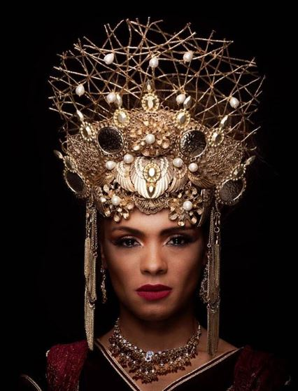 Jezabel (Lidi Lisboa) coroa