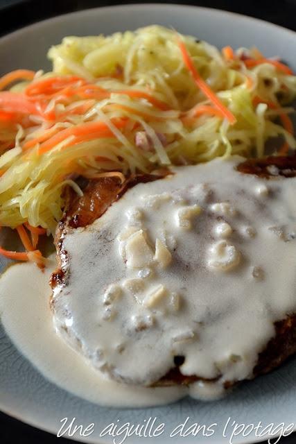 Côte de porc, sauce au pommeau, chou et carotte