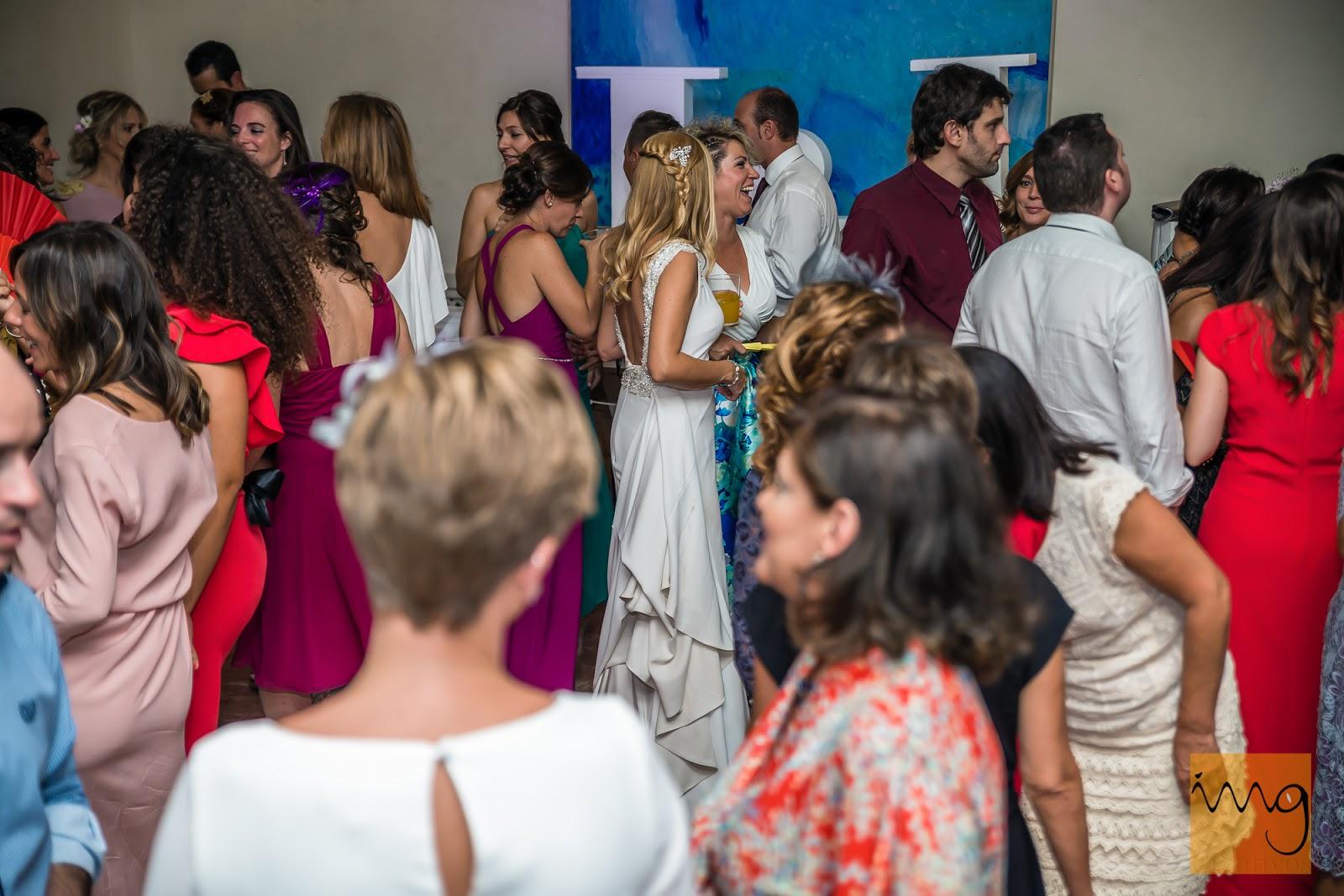 Fotografía de la novia en la barra libre de la celebración de la boda