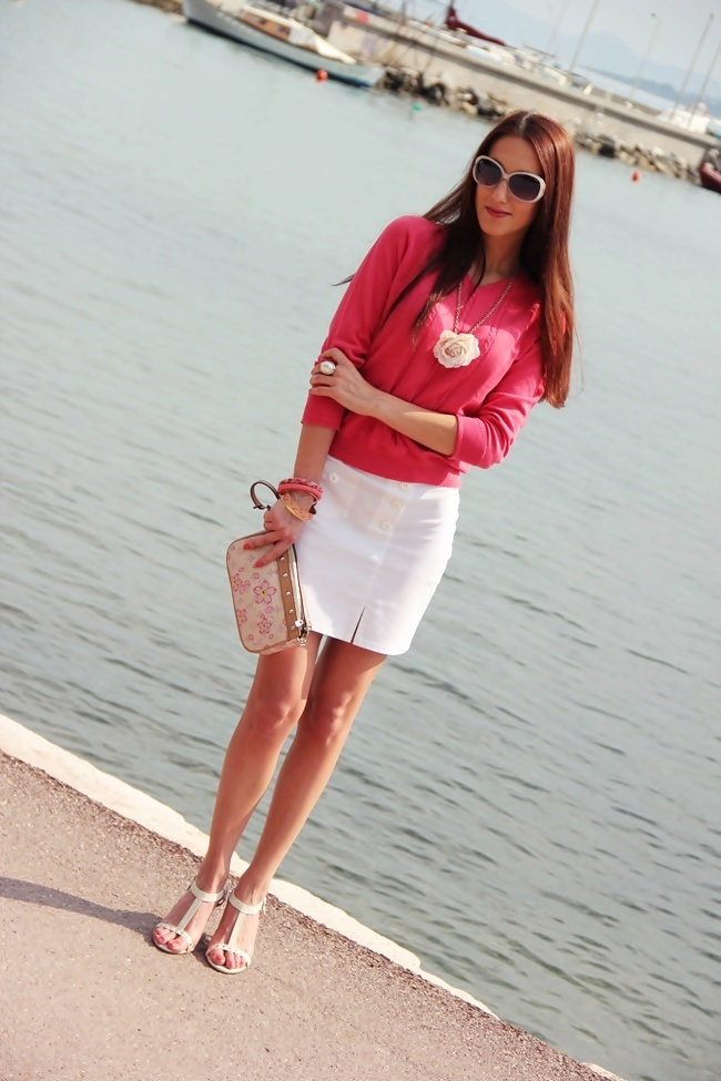 White mini skirt coral knitted blouse beige sandals white purse
