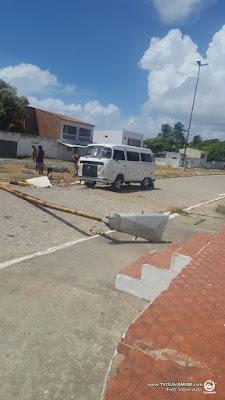 Poste volta a cair na rua da Igreja em Ponta de Pedras