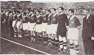 In Nazionale, nel 1936. Primo giocatore da  destra è Karl Sesztak, Sindelar è il quinto.