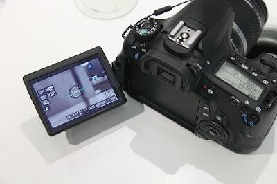 LCD putar 360 derajat dengan jumlah dot 1.040.000 (dot/VGA) pixel membuat detail gambar yang sempurna dan terbuat dari bahan yang transparan serta anti reflektif dan waterproof