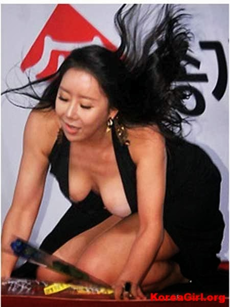 Ha Na Kyung – Fell and Exposed Her Breasts on The Red Carpet