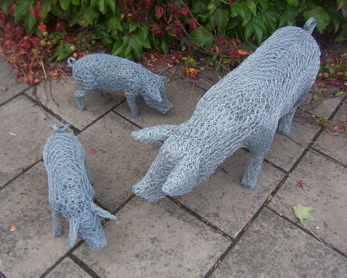 08-Pig-Family-Barry-Sykes-Sculptures-of-Animals-in-Wire-www-designstack-co